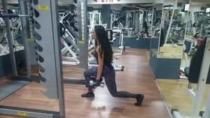 Напади с дъмбели, фитнес тренировка на крака за дами