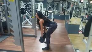 Мъртва тяга с дъмбели. Фитнес упражнения за стягане на краката за жени.